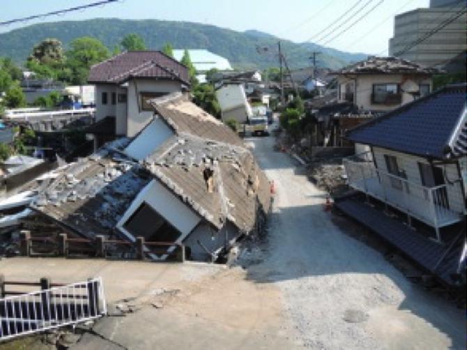 倒壊した家屋