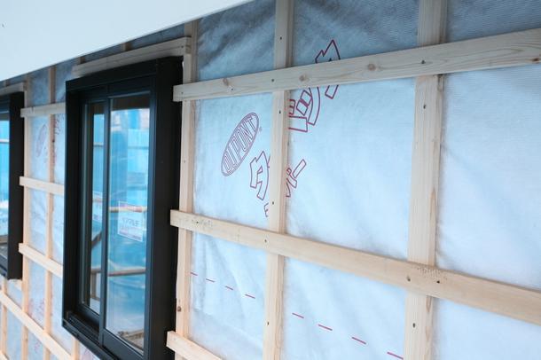 壁の遮熱シートの施工風景