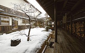 雪化粧した庭を眺める贅沢