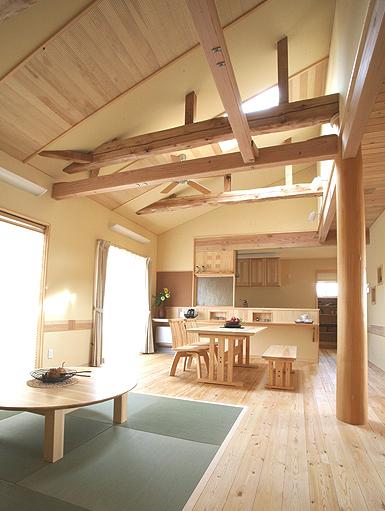 高い天井によってより広い空間を演出