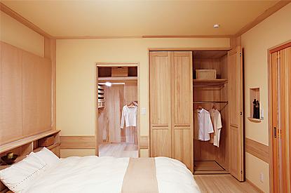 衣類にも優しい桐の寝室