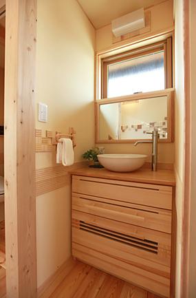 床・壁に使用している無垢や珪藻土クロスが余分な湿気を吸収