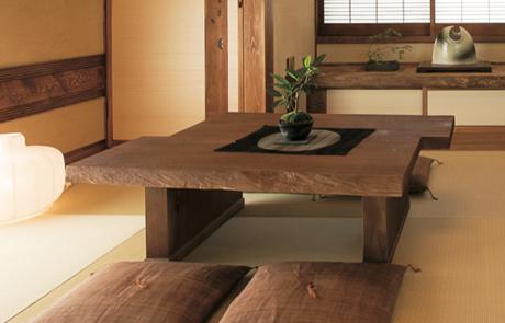 とても軽い桐座卓は、女性でも簡単に移動させることができます