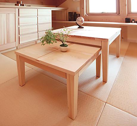 小さな座卓は下部に格納でき、用事のないときはしまっておけます