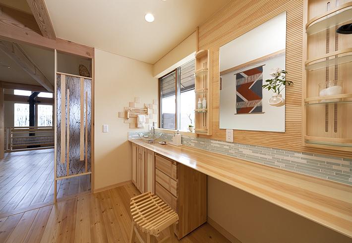 広く横長にとることで、複数でも同時に使える洗面コーナー