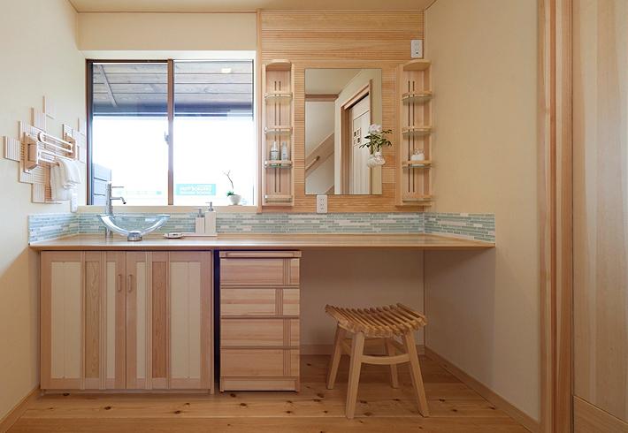 洗面、ドレッサー、アイロン掛け、様々なことができる合理的スペース