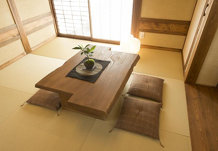 天然の桐の原板を段違いに2枚組み合わせることで、単調な座卓に動きを与えます
