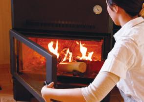 女性でも安心して使える薪ストーブのイメージ写真
